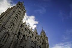 Templo mormón durante la primavera imagen de archivo