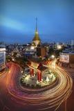 Templo na cidade da porcelana, Wat Traimit no crepúsculo imagens de stock