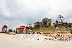 Templo na passagem do dochula fotografia de stock royalty free