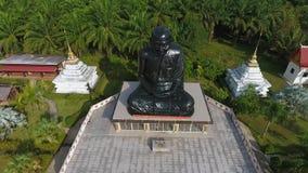 Templo negro de Statue At Buddhism del monje en la provincia de Phang Nga Opinión aérea del abejón del lugar turístico popular HD almacen de video