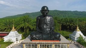 Templo negro de Statue At Buddhism del monje en la provincia de Phang Nga Opinión aérea del lugar turístico popular tailandia metrajes