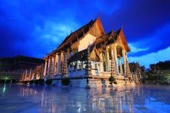 Templo no crepúsculo, Banguecoque de Suthat, Tailândia Fotografia de Stock Royalty Free