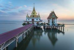 Templo no mar no céu azul fotos de stock royalty free