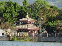 Templo no meio de um lago imagem de stock