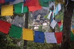 Templo no monte através das bandeiras santamente Foto de Stock Royalty Free