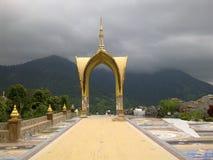 Templo no monte Khao Kho fora de Tailândia fotos de stock