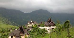 Templo no monte Khao Kho fora de Tailândia foto de stock
