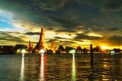 Templo no por do sol, Banguecoque de Wat Arun Imagem de Stock