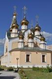 Templo ortodoxo en el fondo del cielo azul. Imagenes de archivo