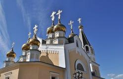 Templo ortodoxo en el fondo del cielo azul Fotos de archivo