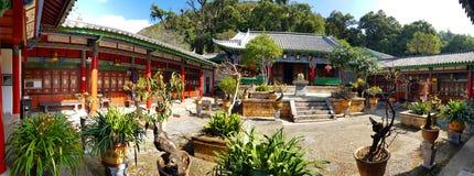 Templo ou pavilhão em Dragon Pool preto em Jade Spring Park, Lijiang, Yunnan, China imagem de stock