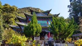 Templo ou pavilhão em Dragon Pool preto em Jade Spring Park, Lijiang, Yunnan, China foto de stock royalty free