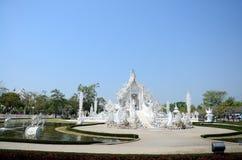 Templo ou Wat Rong Khun branco situado em Chiang Rai, Tailândia Foto de Stock Royalty Free