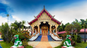 Templo panorâmico de Tailândia da foto no céu azul do cenário do fundo no por do sol Foto de Stock