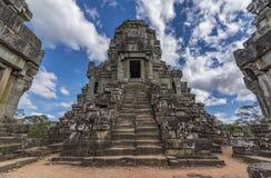 Templo perto de Angkor Wat com o céu azul agradável fotos de stock