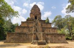 Templo-pirâmide do século X Túmulo do rei Harshavarman First fotos de stock
