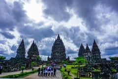Templo prambanan nublado imagenes de archivo