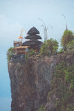 Templo Pura Luhur Uluwatu no penhasco, Bali, Indonésia imagem de stock