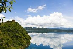 Templo que enfrenta o lago Fotografia de Stock Royalty Free