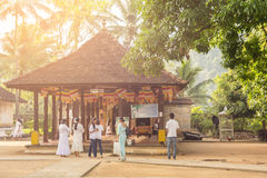 Templo que visita de la gente de la reliquia sagrada del diente en Sri Lanka Fotos de archivo libres de regalías