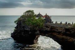 Templo quiméricoe na água Templo da água em Bali Paisagem da natureza de Indonésia Marco famoso de Bali Espirrando ondas imagens de stock