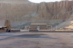 Templo recreado de Hatshepsut nas montanhas imagens de stock royalty free