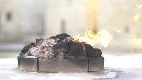 Templo religioso Zoroastrian del fuego El fuego que quema para siempre el gas está saliendo de la tierra almacen de metraje de vídeo