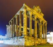 Templo romano antiguo en noche Foto de archivo