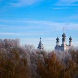 Templo ruso en el bosque de la helada Fotos de archivo