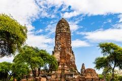 Templo siamés antiguo Wat Phra Ram en el parque histórico de Ayutthaya, Tailandia Rodeado por los árboles; cielo azul y nubes arr Fotografía de archivo libre de regalías