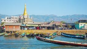 Templo sob a construção na costa e nos barcos de pesca Imagem de Stock