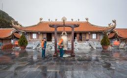 Templo sobre a legenda de Fansipan com sino dourado Fotos de Stock