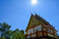 Templo tailandés con el cielo azul Imagen de archivo libre de regalías