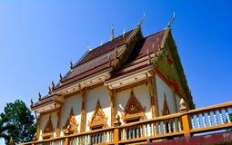 Templo tailandés con el cielo azul Fotos de archivo