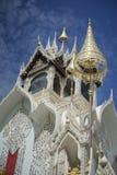 Templo tailandés con el cielo azul y las nubes en fondo, koi del wat o phra que templo del cimplee en la provincia del petchaburi Fotos de archivo libres de regalías