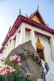 Templo tailandés con la escultura Imágenes de archivo libres de regalías