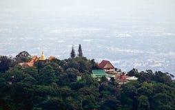 Templo tailandés de Doi Su Thep en la montaña fotos de archivo