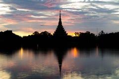 Templo tailandés de la silueta Fotografía de archivo
