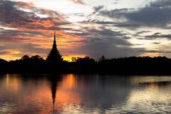 Templo tailandés de la silueta Foto de archivo