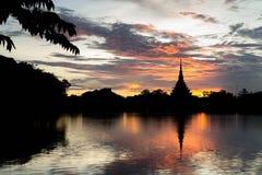Templo tailandés de la silueta Fotos de archivo