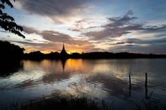 Templo tailandés de la silueta Imagenes de archivo
