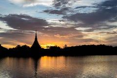 Templo tailandés de la silueta Imagen de archivo libre de regalías