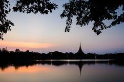 Templo tailandés de la silueta Foto de archivo libre de regalías