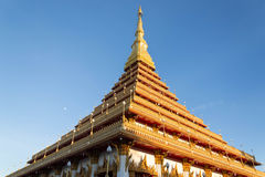 Templo tailandés de oro Foto de archivo libre de regalías