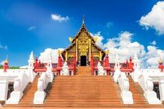 Templo tailandés de Tailandia del wat budista real de la opinión del paisaje en el cielo azul del fondo Fotografía de archivo