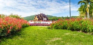 Templo tailandés de Tailandia del wat budista real de la opinión del paisaje en el cielo azul del fondo Fotografía de archivo libre de regalías