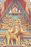 Templo tailandés del ápice del aguilón imagenes de archivo