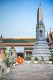 Templo tailandés del arte con el monje y Jedi debajo del cielo azul, Bangkok, Tailandia Imágenes de archivo libres de regalías