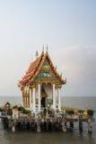 Templo tailandés en el mar Fotos de archivo