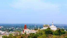 Templo tailandés en la colina Imágenes de archivo libres de regalías